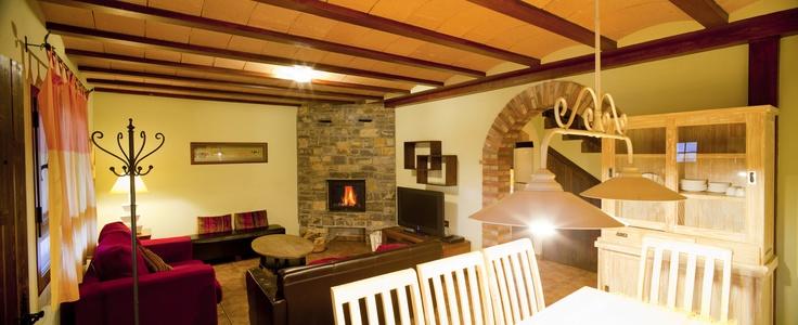 Sal n comedor con chimenea casas rurales en los pirineos - Casas rurales en los pirineos catalanes ...