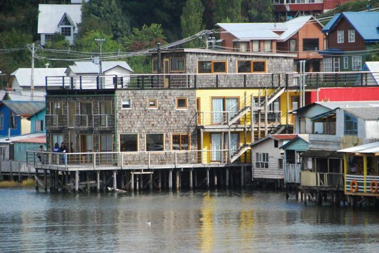 Reciclaje de vivienda sobre palafitos para Hotel Castro-Chilé. El palafito en Chiloé, desde el punto de vista tipológico y constructivo, es un recurso vernacular contemporáneo sobre el cual se sustenta nuestra propuesta, y en general la propuesta contemporánea de la renovación de estos barrios.