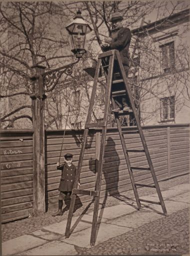 Taking care of the gaslight Konstantininkatu Helsinki 1907 (Photo Signe Brander) Meritullinkatu was Konstantininkatu during the years 1820-1928, named for Grand Duke Konstantin Pavlovich Romanov Helsingin kaupunginmuseo