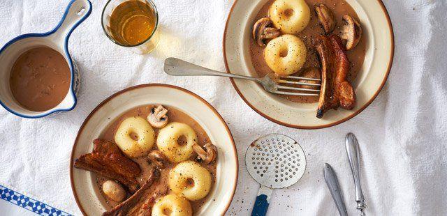 Kluski śląskie w sosie z żeberek z pieczarkami