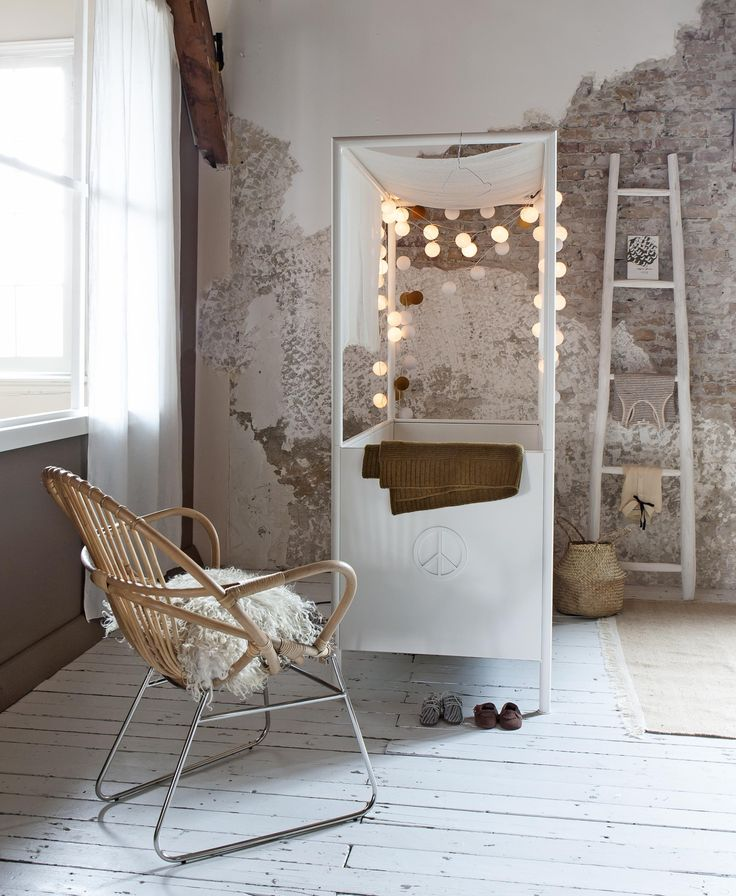 Gezellig hoekje met sfeerverlichting en houten stoel | Cozy corner with soft lighting and wooden chair | Photographer Anna de Leeuw | Styling Marianne Luning | vtwonen July 2015