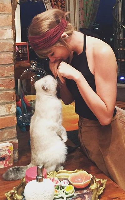 Taylor Swift and her sweet cat, Olivia! #TaylorSwift #CelebsAndCats
