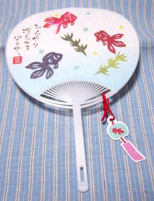 ミニ文具団扇カード 〜 表側は普通の団扇ですが、裏側にメッセージを書き込める罫線が入っています。 ワンポイントでぶら下がっている風鈴タグが可愛い! このタグも金魚柄なのです♪