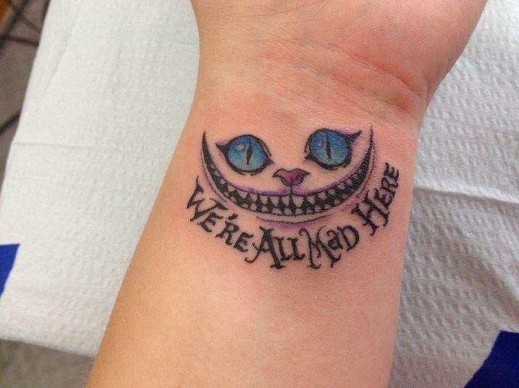 Grinsekatze Tattoo am Handgelenk mit Schrift