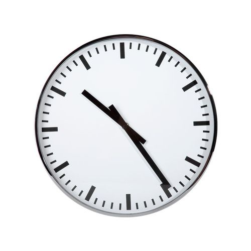 Cechy i korzyści: Wykonany ze stali zegar ścienny Classico utrzymany jest w biało-czarnej kolorystyce. Godziny i minuty zostały oznaczone czarnymi kreskami na białej, okrągłej tarczy zegara. Przez ...