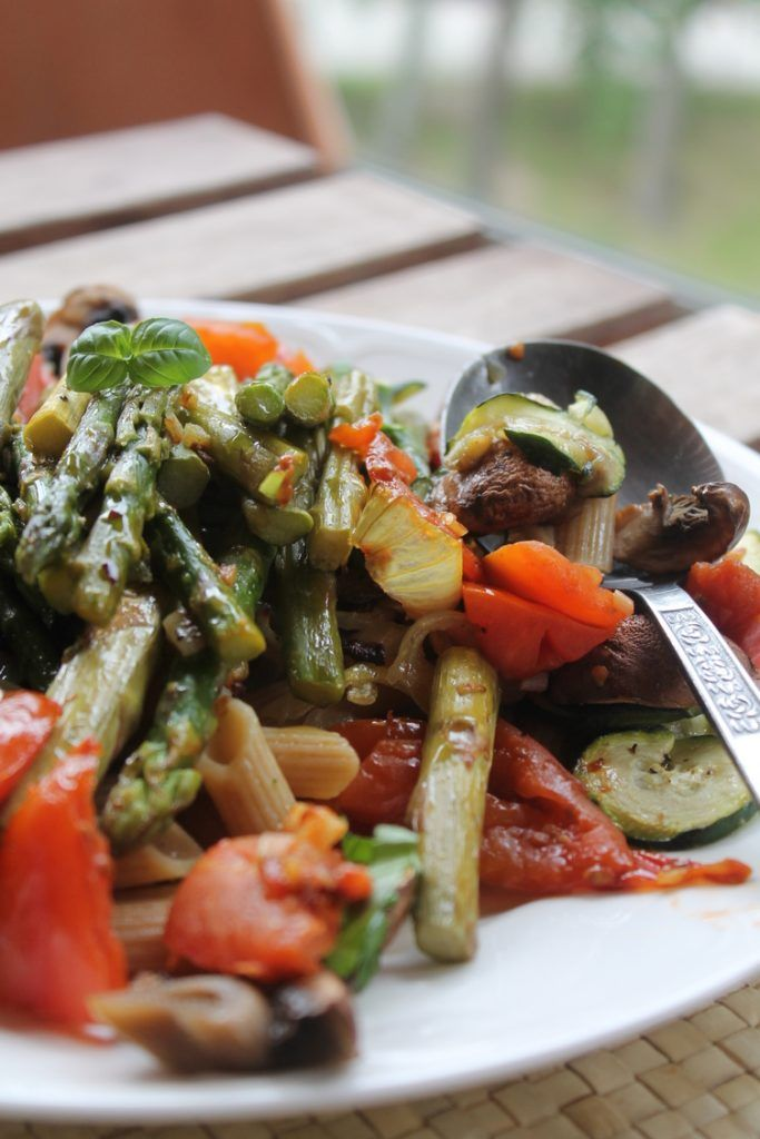 Summery pasta with green asparagus
