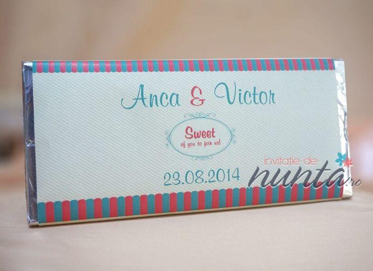 """Marturie de nunta tableta de ciocolata Kiosk, decorata cu o eticheta in stilul unui mic butic pentru dulciuri. Eticheta se personalizeaza cu numele mirilor si data nuntii, iar in mijloc are ilustrat un chenar in care este scrisa expresia """"Sweet of you to join us!'."""