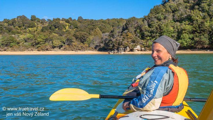 Plavba na kajaku podél pobřeží národního parku Abel Tasman, Nový Zéland #NewZealand #cestovani #travel