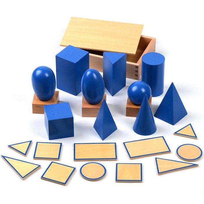 Kit de formas geométricas de madera azules con stands y tarjetas de base. Incluye:  3 stands. 5 tarjetas base. 10 formas geométricas.   Todo viene presentado en una práctica caja de madera de almacenamiento con tapa. Este material de la metodología Montessori es perfecto para enseñar a los niños las formas geométricas de una manera sensorial ya que al ser todas las piezas del mismo color, el niño se centra solo en la característica de la forma. Además, ayuda al niño a reconocer las figuras…