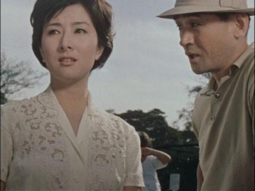 白いレースのシャツを着て男性と話す若い頃の山本富士子