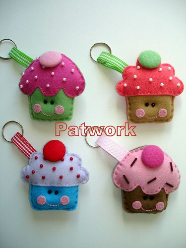 Cupcakes keyrings, love, love gotta make these! They would make get stocking stuffers for Christmas