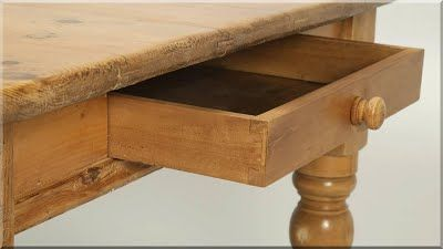 angol country bútor A Szigetország bútorainak formai alakulása, stílusa folyamatos kölcsönhatásban fejlődött, összefonódott a kontinens bútoraival. A barokk kor idejében a francia királyi udvar divatja az angol bútorépítő mesterekre is hatott. Sajátossága, hogy a barokk, rokokó vonások csak diszkrétebben jelentek meg bútoraikon, valamint, hogy a bútorok vonásaiba a gyarmatokról származó stíluselemek is keveredtek. Az Angliában korábban elindult polgárosodás a hozzá köthető…