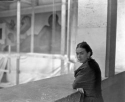 Frida Kahlo at the Art Institute of Detroit, Michigan, 1932 / source: Cultura Colectiva / related post, here more [+] Frida Kahlo's posts