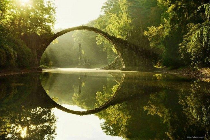Most nad jeziorem Rakotz w wiosce Kromlau, Niemcy