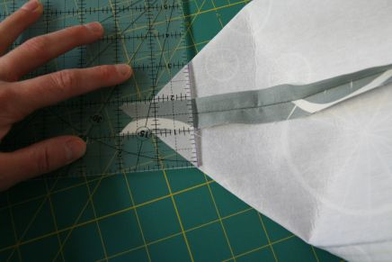 How to sew a gusset - the stitching that makes a tote go from flat to boxy.  Good messenger bag tutorial at this site!