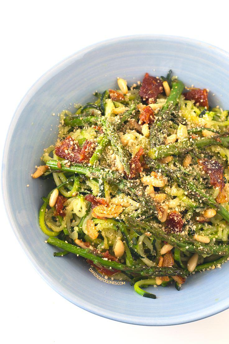 Pasta de calabacín con verduras. La pasta de calabacín es una alternativa saludable a la pasta blanca refinada y está muy rica. Es una receta muy sencilla.