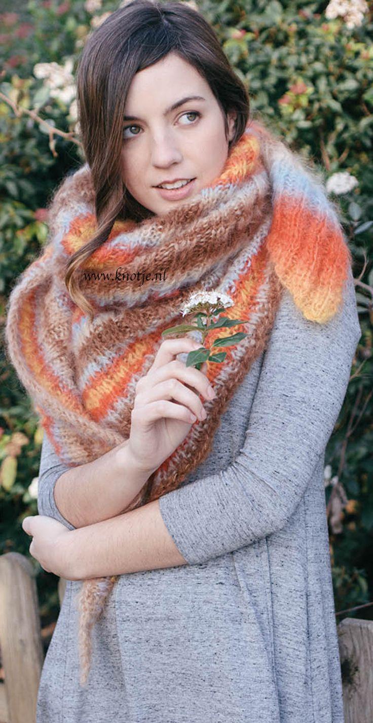 Breien. Deze kleurrijke en zachte warme halsdoek maakt u met de Katia Mirage. Katia Mirage is een zachte wol met lange haren, gemaakt van de natuurlijke vezels Mohair, Merino en katoen. De natuurlijke samenstelling maak het perfect voor kleding die op de blote huid gedragen wordt.  Het is extreem zacht en perfect voor de gevoelige huid.  Model en patroon staan beschreven in het patronenboek Katia Beginners No. 5 (Model 29) Katia BEGINNERS 5 pag 22akopie.jpg