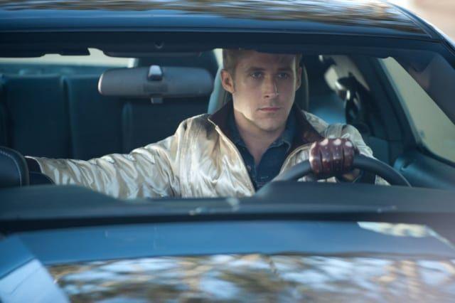 Drive no es cualquier película de acción. No es Rápido y Furioso y tampoco es El Transportador. Existe en su propio universo donde Ryan Gosling da vida a un conductor en medio de un caos de violencia, música y estilo que pocos han sabido llevar, de una manera artística, a la pantalla grande.