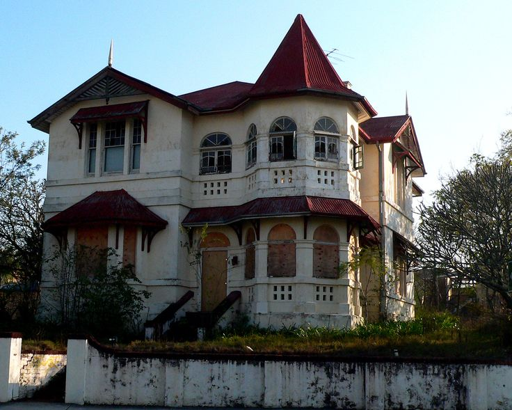 Indooroopilly haunted house, Indooroopilly, Brisbane, Queensland, Australia - An old disused house in the centre of Indooroopilly, looks much like a haunted house from classic movies.