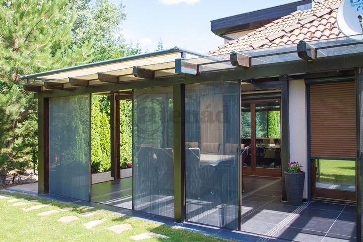 Egy hangulatos kerti terasz, mely használhatatlan volt a szúnyoginvázió miatt. A pliszével egy stílusos megoldás született és a hatalmas terasz élvezhetővé vált. Heroal íves tokos aluredőnyök a házon.