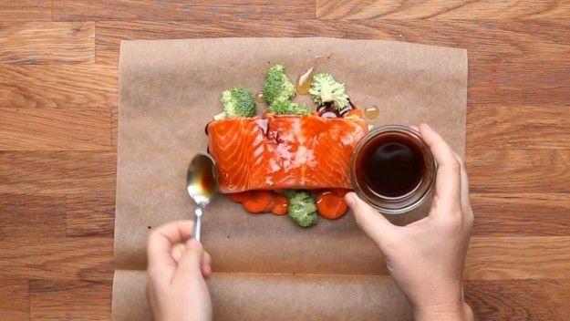 Quatro formas de preparar salmão assado da forma mais fácil que tem. | 13 jantinhas delícia que vão vencer até a sua preguiça. Facebook: tastydemais Você só precisa ter os ingredientes à mão – o peixe, os legumes que escolher e os temperos – e ir empilhando sobre o papel manteiga, que você fecha enrolando as bordinhas e põe no forno até ficar pronto um jantar chiquérrimo e ridiculamente fácil.