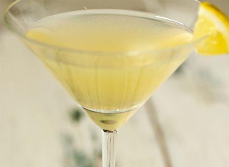 Corleone  75ml de Gin    15ml de Licor Limoncello    30ml de Licor Cointreau    ½ limão siciliano    ¼ de limão tahiti    Para a crosta:    2 colheres (chá) de açúcar    1 colher (chá) de gengibre em pó