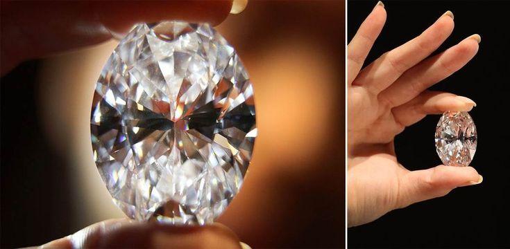 15 самых дорогих бриллиантов 4. Сотрудник аукционного дома Sotheby's держит самый большой в мире овальный белый бриллиант в 118,28 карат. Он был продан в Гонконге 7 октября 2013 года за 30,8 миллионов долларов. (Peter Macdiarmid / Getty Images)