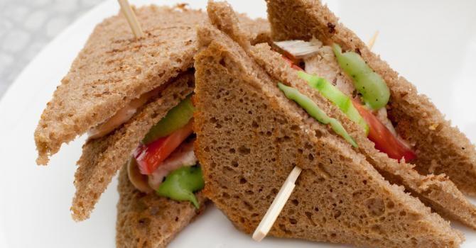 Recette de Club sandwich complet au poulet et mayonnaise d'avocat allégée. Facile et rapide à réaliser, goûteuse et diététique.