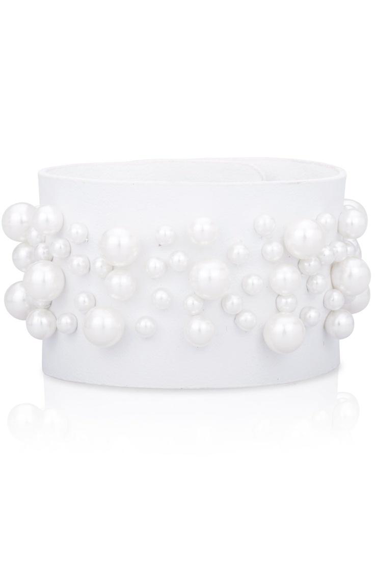 Vitt skinnarmband med pärlor.  White leather bracelet with white beads