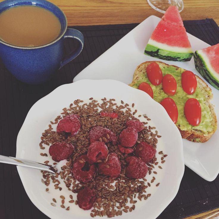 Yoghurt kvarg linfrö hallon, kaffe mjölk, vattenmelon, avokado macka rågbröd tomat. Frukost buffé