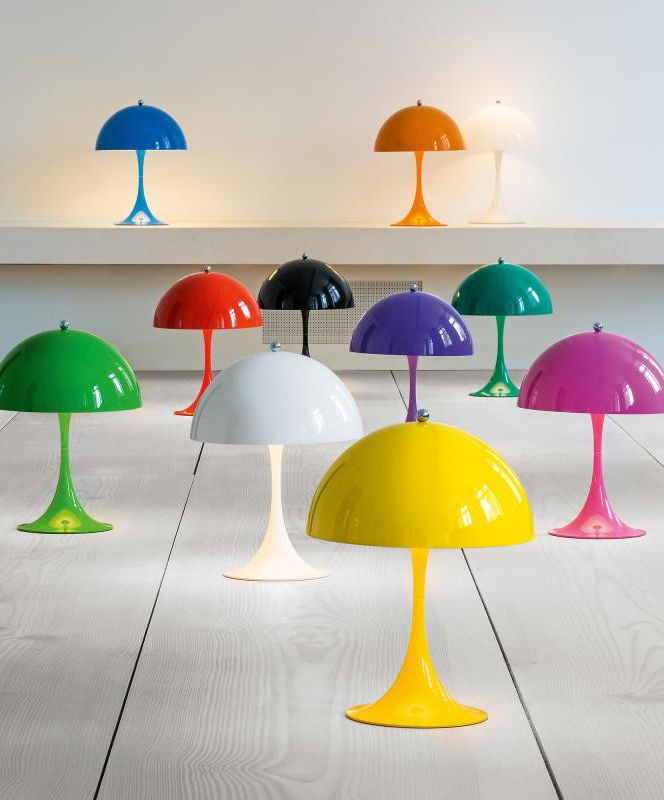 louis poulsen Panthella Mini LED: Die Panthella Tischleuchte zeichnet sich durch ihre harmonische ruhende Form aus. Der halbkreisförmige Schirm sorgt für ein weiches, angenehmes Licht. Setzen Sie ein farbiges Statement aug Ihrem Tisch sei es im Büro, im Wohnzimmer oder im Schlafzimmer! #tischleuchte #farbe #rot #blau #grün #orange #weiß #schwarz #gelb #pink #lila #schreibtisch #wohnzimmer #flur #schlafzimmer #galerie #interior #deko #louispoulsen #panthellamini #reuter #reuterde