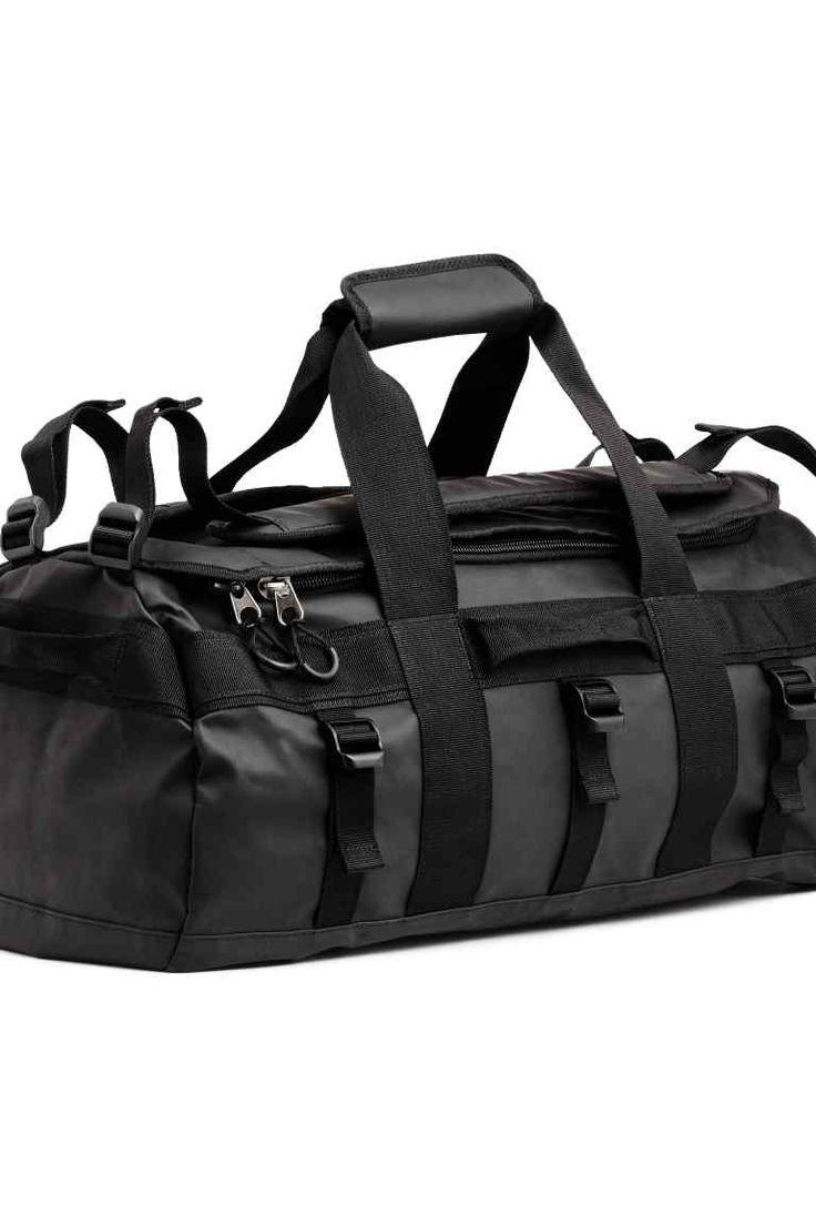Sporttas 55 l: Een sporttas van waterdicht, gewaxt polyester met een klep, een ritssluiting en twee hengsels vanboven, en twee verstelbare, verstevigde schouderriemen waarmee je de tas ook als rugzak kunt dragen. De tas heeft een kleiner hengsel aan de vier zijkanten, een schoenenvak van mesh met een ritssluiting aan de binnenkant van de klep en twee binnenvakken met klittenbandsluiting. Gevoerd. Afmetingen 33x35x54 cm. Inhoud 55 liter.