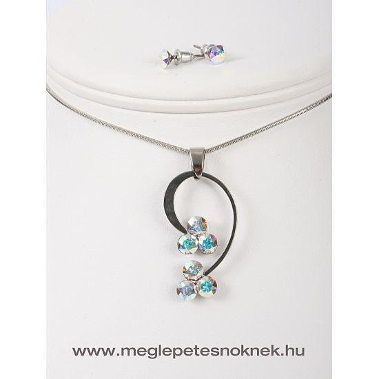 Gyönyörű, exkluzív Swarovski kristályos nyaklánc és fülbevaló szett.  A bedugós fülbevaló 1-1 db kb 6 mm átmérőjű szivárvány színű kristályt tartalmaz.  A nyaklánc medálja 3-3 db kb 6 mm átmérőjű szivárvány szín különböző árnyalataiban pompázó kristályt tartalmaz. A medál méretben, színben, formában tökéletesen illik egymáshoz. A medál és a fülbevaló nemesacél foglalatban található.