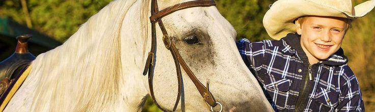 In der #Toskana liegt das ehemalige #Weingut Castellare di Tonda. Hier kommen Gäste schnell mit dem #Pferd in Kontakt und die mehrsprachigen Reitlehrer bieten für Kinder und Erwachsene Einzel- oder Gruppenunterricht an. Während der Kinderreitwoche können Urlauber ab 7 Jahren Reitunterricht im Westernstil nehmen und eine unkompliziert-lässige Reitweise erlernen. #reiten #pferd #berge #familienurlaub #westernreiten #ferien #travel #horseriding #horse #ausreiten travelwithkids #vamosreisen