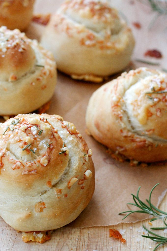 Fluffige Parmesan Rosemary Buns mit einer Extraportion Käse