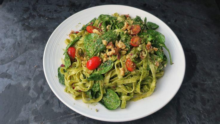 Klar for en kjapp og enkel pastarett? Denne er vegansk, basert på fullkornpasta, spinat, tomater, nøtter og pesto. Oppskrift fra Richard Nystad.