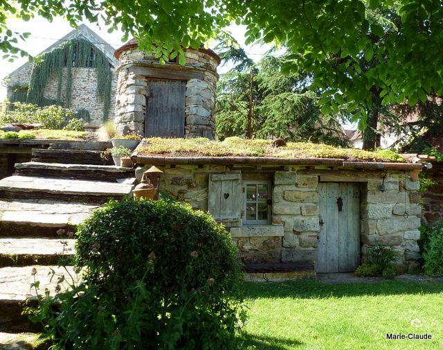 Un cabanon à la toiture végétalisée, voyons de plus près, encore une bonne idée pour ceux qui possèdent un abri de jardin !