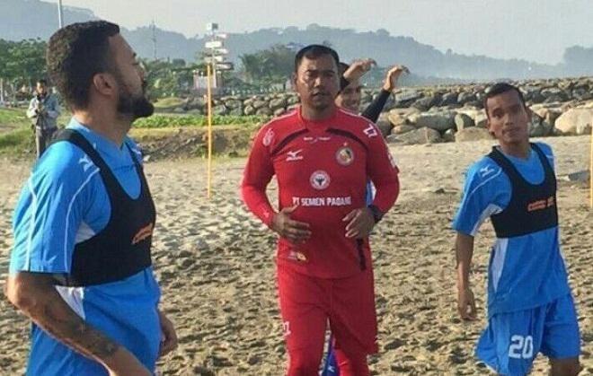 Covesia.com - Setelah memiliki Match Analyst dan Statistic, Semen Padang FC mulai menerapkan teknologi baru berupa Fitness Tracker. Teknologi itu berupa...