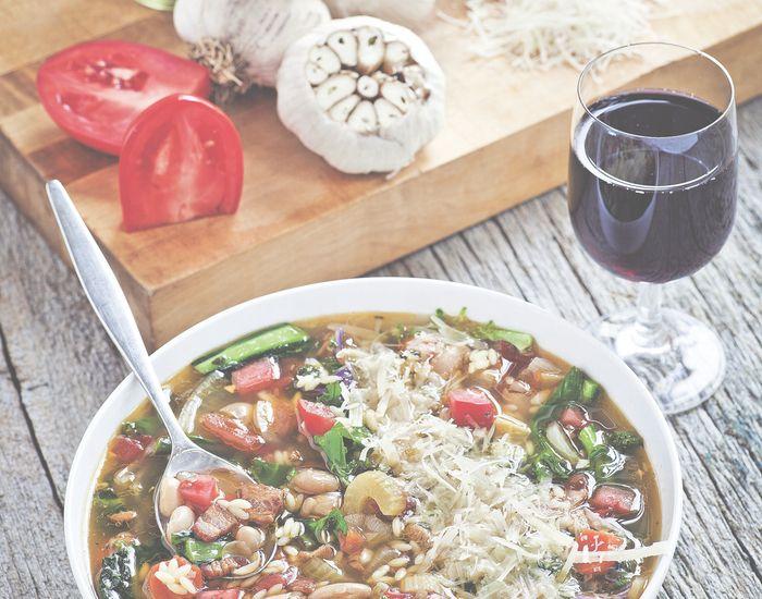 Varmende og velsmakende italiensk suppe med grønnkål og bacon - Tara