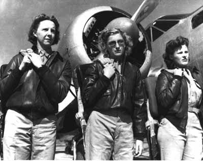 """El """"Women Airforce Service Pilots"""" (WASP) o Servicio de Pilotos Mujeres de la Fuerza Aérea de Estados Unidos fueron las pioneras de las pilotos civiles femeninas encargadas de volar aviones militares dentro de la Fuerzas Aérea del Ejército de Estados Unidos durante la Segunda Guerra Mundial."""