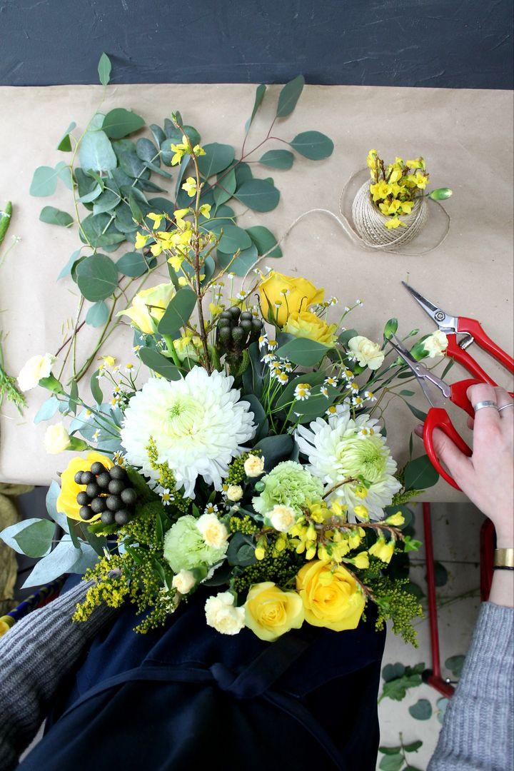 """Процесс создания весеннего""""Букета дня"""", добавим ярких красок в этот пасмурный день !🌟✨💫 Напоминаем, букет дня в единственном экземпляре-успевайте заполучить его первым!💐  ☎ +7(3952) 588-500 Сайт: www.f-f.flowers Viber/WhatsApp +79643588500 🏦 г. Иркутск, ул. Партизанская 29  #FashionFlowers_irk #Иркутск #розыиркутск #розыдоставка #доставкацветовиркутск #мягкиеигрушкииркутск #БасикИркутск #wedding #цветыдлялюбимой #подарки #вотэточай #декор #плаймпакет #новыйгод #БукетДняИркутск…"""