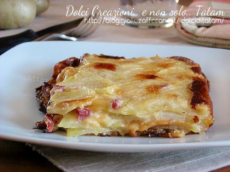 Millefoglie di patate e besciamella, un gustoso e goloso secondo piatto che può essere un piatto unico completo, ideale anche come antipasto o per un buffet