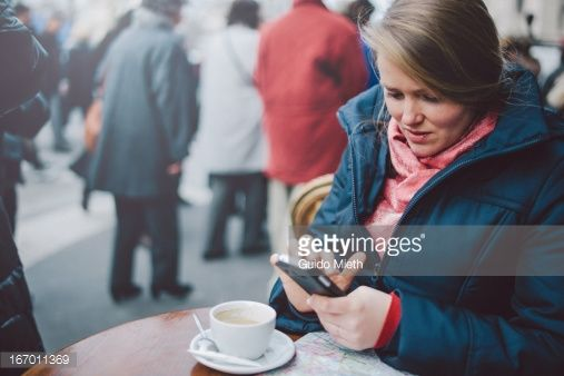 Foto de stock : Woman using smartphone in coffee bar.