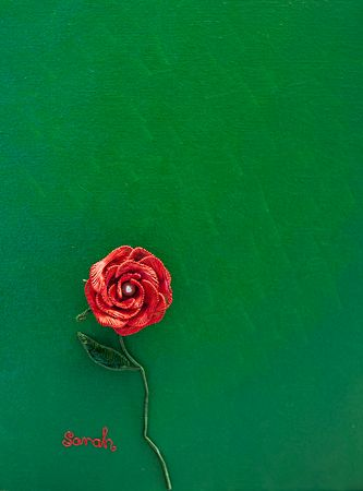 Wire Art on canvas: Red wire rose in a green painted garden by Sarah Jansma