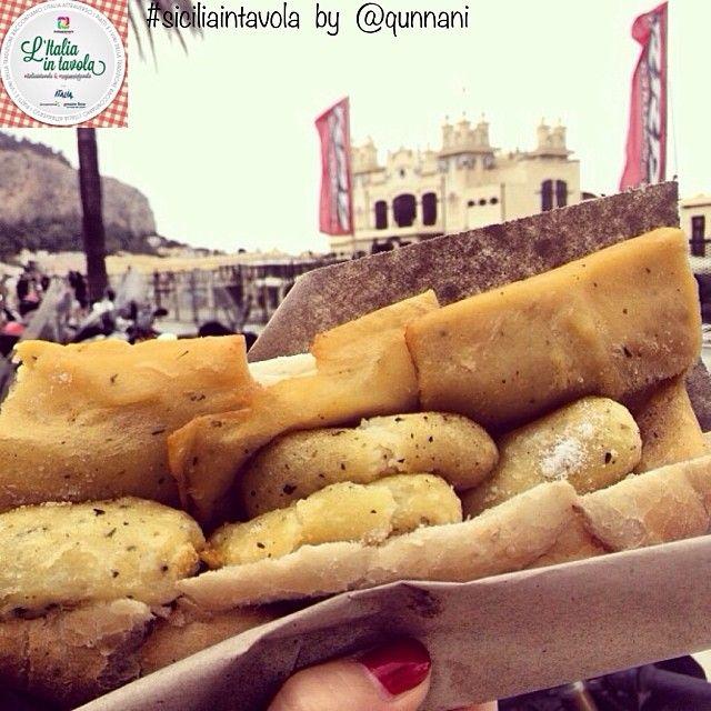 Oggi vi parliamo di Italian street food. Cominciamo con 'Pane Panelle e Crocchè' per #italiaintavola #siciliaintavola #italianstreetfood #palermo #italianfood #italy  È il tipico panino di...