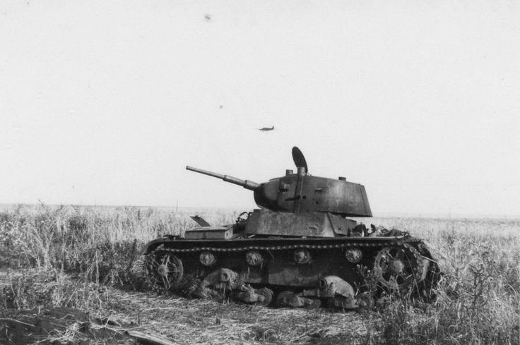 Подбитый и сгоревший советский легкий танк Т-26 выпуска 1940 года. На башне танка имеются ряд пробоин из орудия калибра 37-мм. Судя по поражениям на башне, командир танка погиб. Судя по открытому люку, наводчик успел покинуть подбитую машину.