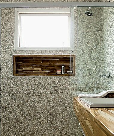 Revestimento de seixos telados é opção para o banheiro (Foto: Edu Castello/ Editora Globo)