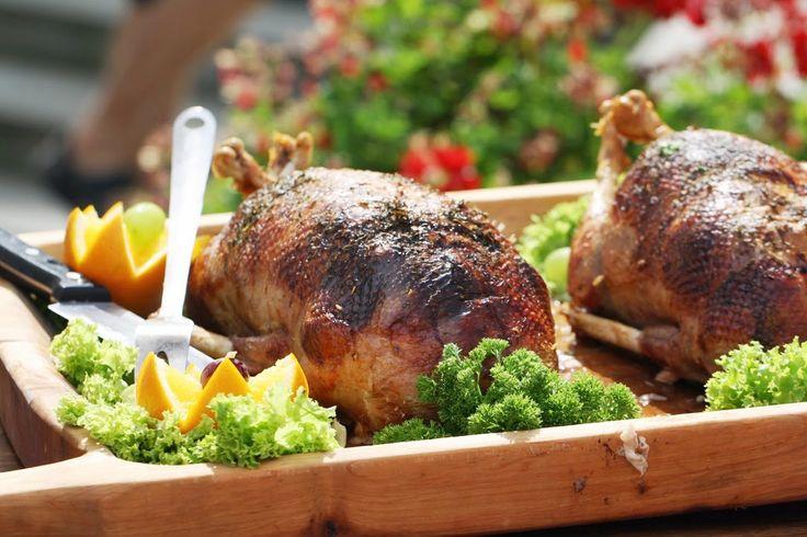 2 LISTOPADA (niedziela) BUFET DWORSKI  15:00 DEGUSTACJA KUCHNI DWORSKIEJ ŚWIĄTECZNEJ: Kaczka pieczona z jabłkami i żurawiną Kaczka przez 24h moczona w zalewie jabłkowo – majerankowej. Faszerowana jabłkami, żurawiną i masłem. Pieczona w piecu. #roasted #duck