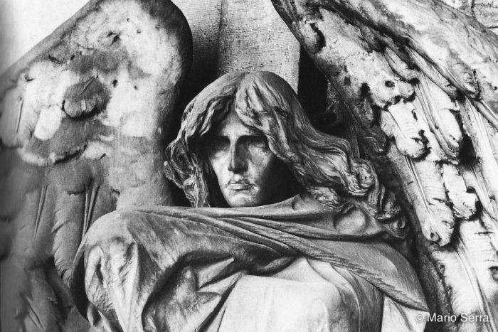 Tomba Braida, II ampliazione. Il Cimitero di Staglieno custodisce il fascino androgino dell'Angelo della Morte di Giulio Monteverde, forse l'opera di arte funeraria più famosa del mondo. Il Cimitero di Torino non è però da meno! Sotto i suoi porticati si trova lo stupendo e inquietante Angelo della Morte di Leonardo Bistolfi. A guardia di una culla vuota, è avvolto da un ampio panneggio, i capelli lunghi scompigliati… distante e imperturbabile, è espressione pura del mistero del Nulla…