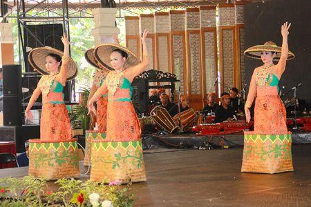 Tari Panarat menggambarkan ekspresi kegembiraan para pemetik teh di kala pagi menjelang. Tarian dari Jawa Barat
